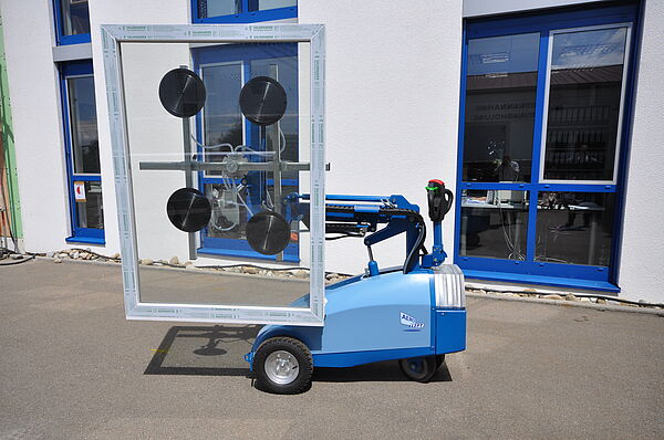 Mobile vacuum lifting device CLAD-LIFT 350 Outdoor during insertion of a glass pane