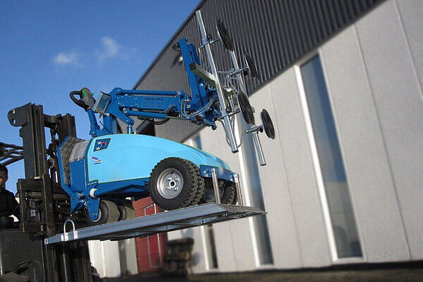 CLAD-LIFT 350 mobile vacuum lifting device with forklift pick-up for outdoor use