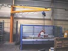 Crane and rail system with vacuum lifter in a production hall