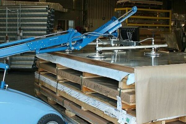 Mobile vacuum lifting device CLAD-LIFT 350 during lifting in the production plant