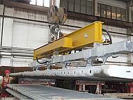 Vacuum lifter for heavy loads in the workshop when lifting a transport goods